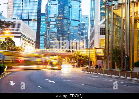 Moderne Gebäude mit Fahrzeug Lichtspuren auf der Straße. - Stockfoto