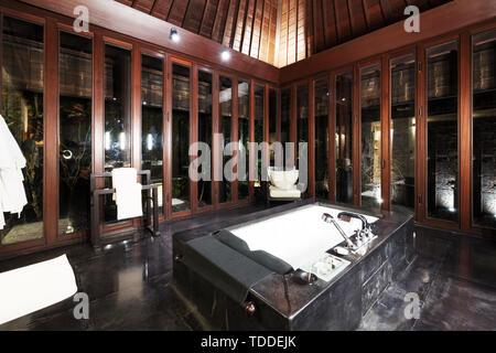 Luxus-Badezimmer mit Spiegel, Waschbecken und klassisches ...