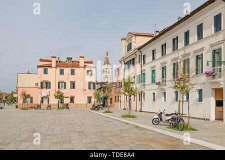 Stadtzentrum des malerischen typisch italienischen Dorfes Malamocco am Lido di Venzia in Italien - Stockfoto