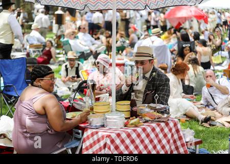 New York, USA. 15 Juni, 2019. Die Teilnehmer haben ein Picknick während der 14. jährlichen Jazz Alter Rasen Party auf Governors Island in New York, in den Vereinigten Staaten, am 15. Juni 2019. Die Veranstaltung, die am Samstag in diesem Jahr trat, im Jahr 2005 als eine kleine Versammlung auf Governors Island gestartet und hat sich seitdem zu einem der beliebtesten New Yorker Ereignissen gewachsen. Tausende Besucher kommen jedes Jahr zu der Veranstaltung die Musik und den Zeitgeist der 1920er Jahre zu entdecken. Credit: Wang Ying/Xinhua/Alamy leben Nachrichten - Stockfoto