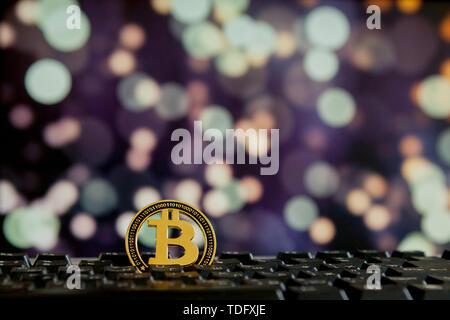 Bitcoin Währung auf der Tastatur computer auf bokee Hintergrund. Virtuelle cryptocurrency Konzept - Stockfoto