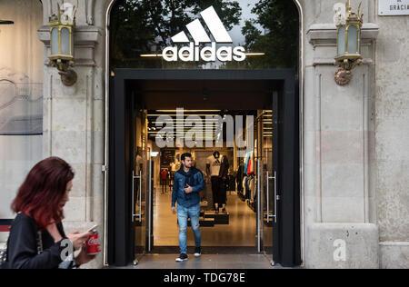 Ein Kunde aus der Deutschen multinationalen Sportswear store Adidas in Spanien. - Stockfoto