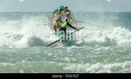 ALEXANDRA HEADLAND, Queensland, Australien - 24 April 2016: Der Blick vom Strand aus einem Boot Surf Rennen in Alexandra Headland an der Sunshine Coast von - Stockfoto
