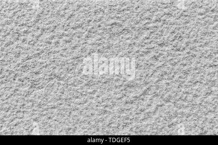 Nahaufnahme einer holprigen Granit stein Wand in Schwarz und Weiß. Hochauflösende full frame Hintergrund Textur. - Stockfoto