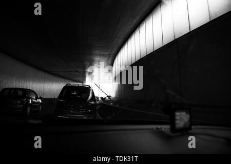 Treiber POV point of view persönliche Perspektive Am Stau rush hour front fahren Autos innerhalb der Tunnel von Paris Ringstraße Peripherique Schwarz und Weiß. - Stockfoto