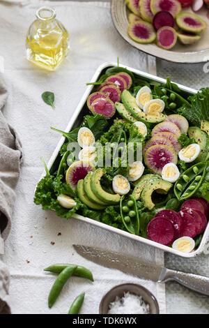 Grüner Salat serviert in einem Fach auf dem Tisch - Stockfoto