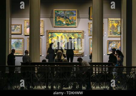 """Moskau, Russland. 17 Juni, 2019. Moskau, Russland - 17. JUNI 2019: Gemälde von Paul Gaugin eine Ausstellung mit dem Titel """"hchukin. Biografie einer Sammlung', am Staatlichen Puschkin Museum der Bildenden Künste die Ausstellung der europäischen Moderne Kunst aus dem Sergej Schtschukin Sammlung mit Werken von Claude Monet, Pierre Auguste Renoir, Paul Cezanne, Paul Gaugin, Vincent van Gogh, Henri Matisse, Pablo Picasso und anderen Künstlern. Sergei Karpukhin/TASS Credit: ITAR-TASS News Agentur/Alamy leben Nachrichten - Stockfoto"""