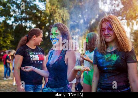 Krasnodon, Ukraine - 16. Juni 2019: Gruppe von einem jungen Freunde Farben werfen am Indian Holi Festival der Farben - Stockfoto