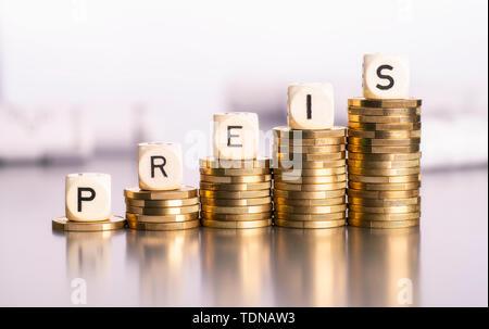 Steigende Stapel von Münzen mit dem Wort Preis - Stockfoto