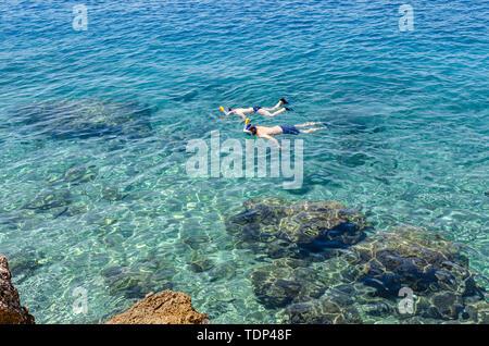 Jungen Tauchen mit Maske im kristallklaren Meer Wasser in Brela, Kroatien. - Stockfoto