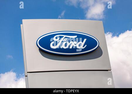 Schild mit dem Logo der Ford Motor Company. Amerikanische multinationale Automobilhersteller, hat seinen Hauptsitz in Dearborn, Michigan, einem Vorort von Detroit. - Stockfoto