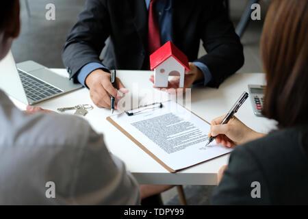 Paar kauf vermietung haus Hypothek unterzeichnet Vertrag mit Realtor real estate agent. Architekten Designer schließen den Umgang mit Kunden - Stockfoto