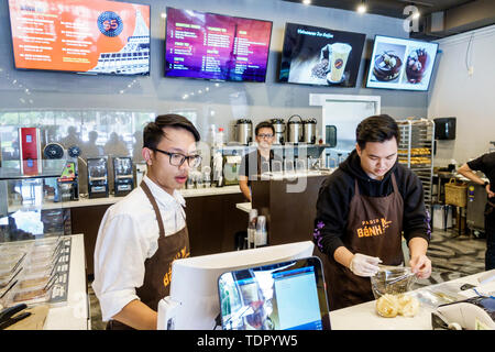 Orlando Florida East Colonial Drive Little Saigon asiatischen Paris Banh MI Cafe Bäckerei vietnamesischen Bäckerei Sandwich Shop Mann junger Erwachsener counter Server worke - Stockfoto