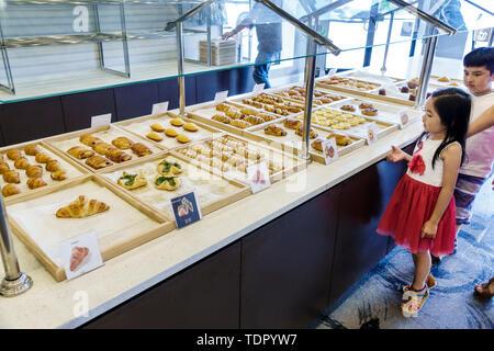 Orlando Florida East Colonial Drive Little Saigon asiatischen Paris Banh MI Cafe Bäckerei vietnamesischen Bäckerei Sandwich Shop Gebäck, Croissants Anzeige junge Mädchen ch - Stockfoto