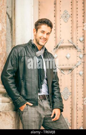 Jungen attraktiven Mann mit Leder Jacke in der Stadt, Deutschland - Stockfoto