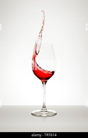 Rote Rebsorte ist in einem weinstock Glas gegossen - Stockfoto