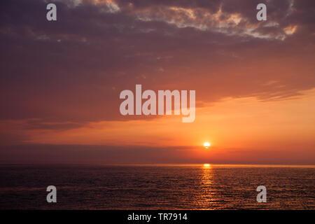 Sonnenaufgang auf dem Weg in die Adria von Lošinj in Kroatien nach Venedig an Bord eine Freiheit 30. - Stockfoto