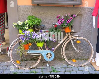 Eine von vielen hübsch eingerichtete Fahrräder, die die Hauptstraße in die malerische kleine Stadt Castel Gandolfo, Latium, Italien; Mai 2019 - Stockfoto