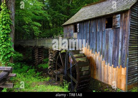 John S. Kabel Schrotmühle gebaut in den frühen 1870er Jahren in Cades Cove, in der Tennessee Great Smoky Mountains. - Stockfoto