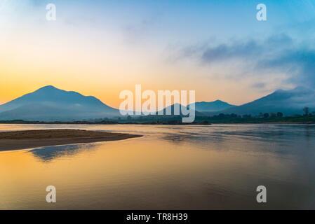 Mountain River Strand schöne mit bunten Blau und Gelb himmel Sonnenaufgang oder Sonnenuntergang Hintergrund im Mekong Asien - Stockfoto