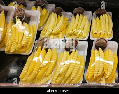 Slice mango Obst in Kunststoff Fach zum Verkauf auf dem Markt - Stockfoto
