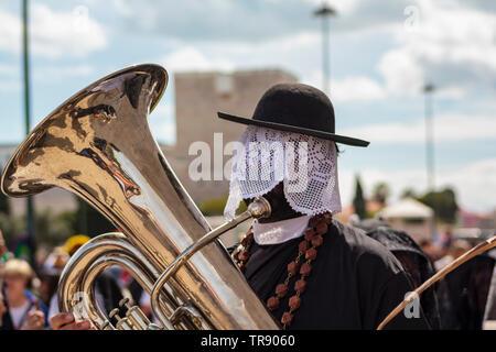 Lissabon, Portugal: 18. Mai 2019: maskierte Mann spielt Tuba bei Iberischen Maske Internationales Festival in Lissabon - Stockfoto