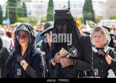 Lissabon, Portugal: 18. Mai 2019: Witwen in Iberischen Maske Internationales Festival in Lissabon - Stockfoto