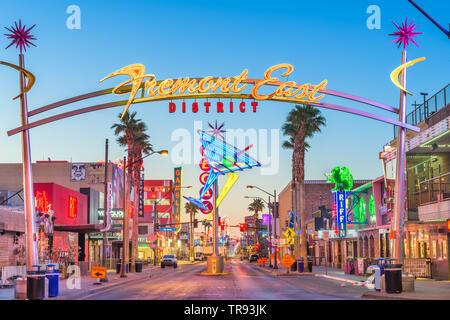 LAS VEGAS, Nevada - Mai 13, 2019: Fremont East District von Las Vegas in der Morgendämmerung. Es gehört zu den bekanntesten Straßen in das Las Vegas Valley. - Stockfoto