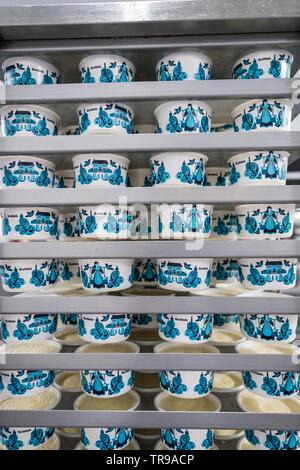 Clotted Cream mit Marmelade und Gebäck - Stockfoto