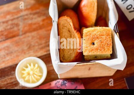 Französisches Brot Sortiment im Brotkorb auf rustikalen Tisch - Stockfoto
