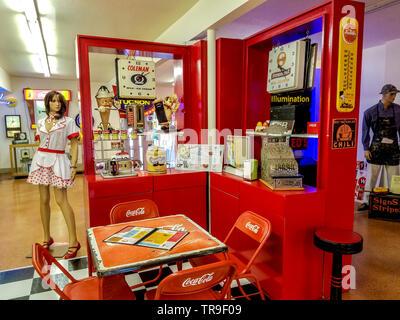 Entzünden Zeichen Kunstmuseum in Tucson, AZ. Ordentlich restauriert Leuchtreklamen und vielen art deco Ära Erinnerungsstücke. - Stockfoto