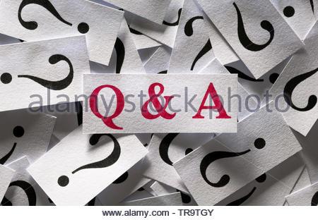Schließen Sie Fragen und Antworten, zu viele Fragezeichen - Stockfoto