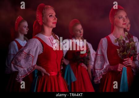"""Künstler der Staatlichen Akademischen choreographischen Ensemble 'Berezka' auf eine Stufe mit einem Round Dance """"Birke"""" in Moskau, Russland - Stockfoto"""
