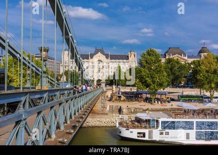 Kreuzung das berühmte Széchenyi Kettenbrücke über die Donau in Richtung Pest Stadtzentrum - Stockfoto