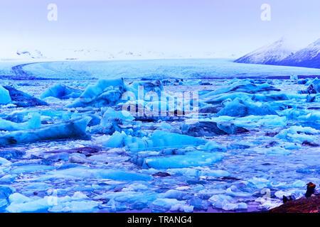 Ansicht der Gletscherlagune Jokulsarlon am Vatnajökull National Park in Island in der Dämmerung im Winter. - Stockfoto