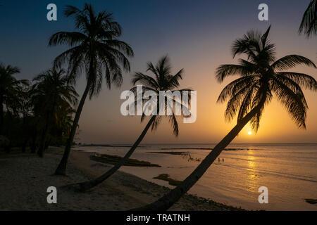 Tropischen Sonnenuntergang über der karibischen Insel Mustique. Intensive Farben