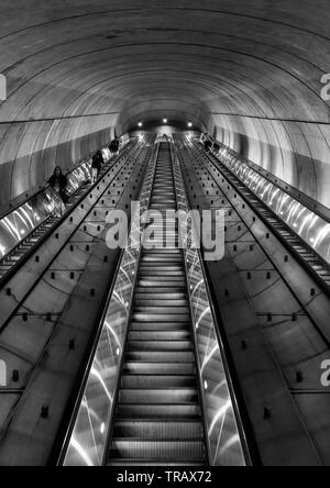 Pendler lange Rolltreppe aus einer U-Bahn Station in Washington DC in der Nacht - Stockfoto