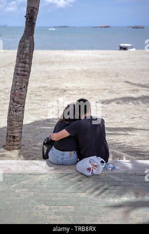 Junges Paar umarmen und knuddeln am Pattaya Beach Thailand Südostasien - Stockfoto