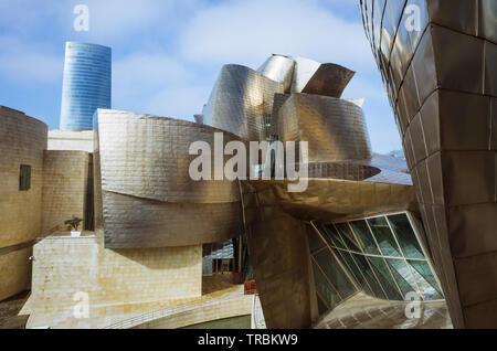 Bilbao, Vizcaya, Baskenland, Spanien: Detail der Titan Fassade des Guggenheim Museum für Moderne und Zeitgenössische Kunst von Architekt Fr konzipiert - Stockfoto