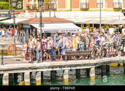 LAZISE, Gardasee, Italien - September 2018: Die Menschen warten auf die Fähre in Lazise am Gardasee zu fangen. - Stockfoto