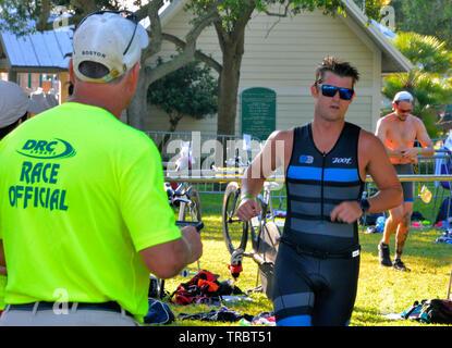 Melbourne Beach, Florida, USA. Juni 2, 2019 Gegründet 1985 in diesem Jahr wird das 34. Jahr des Rotary Ananas-Triathlon. Es ist die älteste USA Triathlon (USAT) sanktioniert Triathlon im Staat Florida. Im laufenden Jahr wird die Zahl der Athleten auf rund dreihundert begrenzt war, da das Rennen im Laufe der Jahre zugenommen hat und der lokalen Gemeinschaft überwältigt. Racers abgeschlossen eine 0,34 Meile in der Indian River schwimmen, 15,4 km Rad fahren und das finale Etappe 03.4 durch lokale Straßen. Foto Julian Porree/Alamy leben Nachrichten - Stockfoto