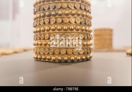 Sevilla, Spanien - 31. Mai 2019: Schatz von El Carambolo Armband, das archäologische Museum von Sevilla, Andalusien, Spanien - Stockfoto