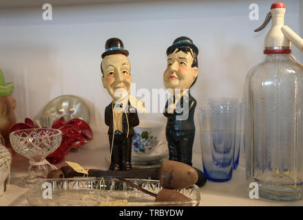 Laurel und Hardy keramische Figuren auf dem Regal in der Liebe Antique Shop angezeigt, Erinnerungsstücke aus der Welt des Films - Stockfoto