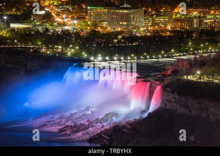 Niagara Falls, Kanada - 18-2019. Rot, Blau leuchtet leuchtet die Wasserfälle von Niagara Falls. - Stockfoto