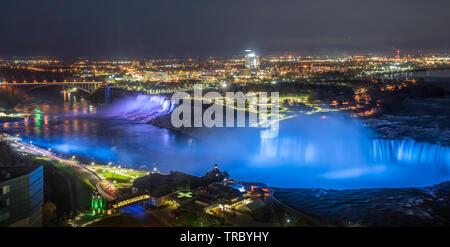 Bunte Lichter leuchtet das Wasser fällt auf Niagara Falls am Abend. - Stockfoto