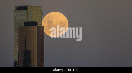 Melbourne Australien. Mondaufgang über Melbourne City Gebäuden. - Stockfoto