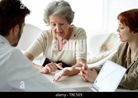 Patient im Gespräch mit dem Arzt - Stockfoto