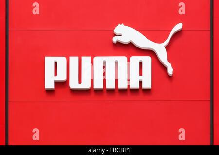 Bremen, Deutschland - Juli 2, 2017: Puma Logo an einer Wand. Puma ist eine große deutsche multinationale Unternehmen produziert, dass sportlich, Freizeitschuhe, Sportswear - Stockfoto