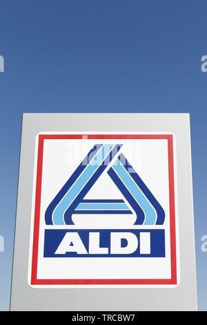 Aalborg, Dänemark - 8. Mai 2016: Aldi Logo auf einem Panel. Aldi ist einer der weltweit führenden Discounter Kette - Stockfoto