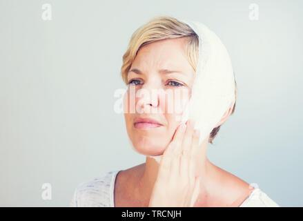 Closeup Porträt der jungen Frau achy Mädchen leiden unter schrecklichen Zahnschmerzen - Stockfoto